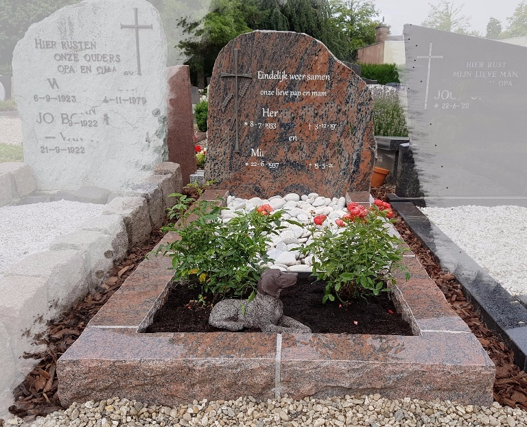Grafsteen met ruwe zijkanten