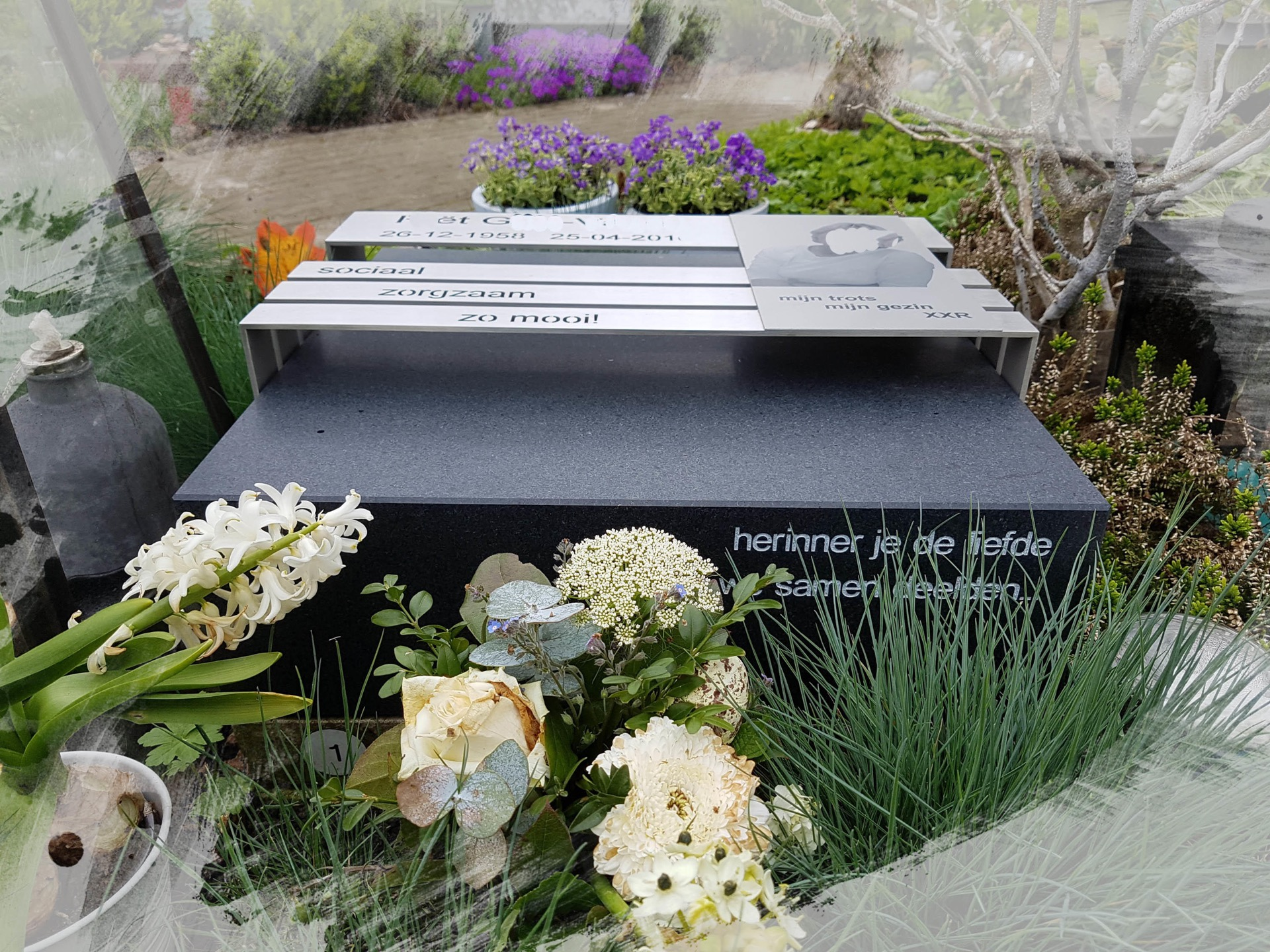 Urnengraf met RvS en foto op aluminium