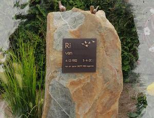 Grafsteen met bronzen accessoires te Alphen aan den Rijn