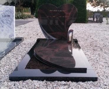 Grafsteen met hartmodel van graniet