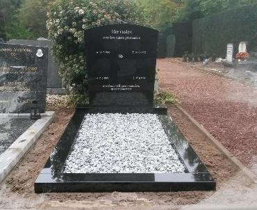 Grafstenen zwart te de Meern