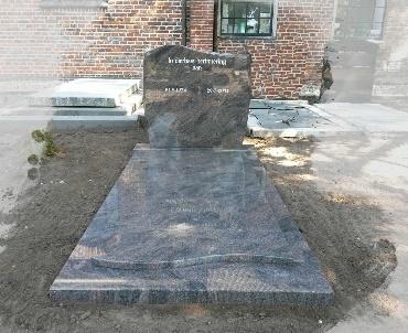 Grafstenen met Golf boven komt terug in de dekplaat Schalkwijk