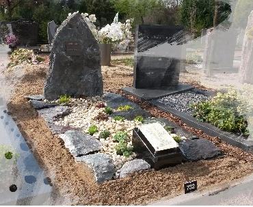 Ruwe grafsteen met glasplaatje