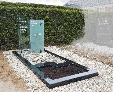 Grafsteen met twee glasplaten te Benschop