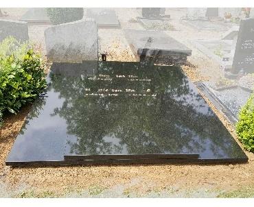 Dubbele grafsteen met bronze tekst