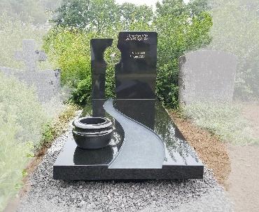 Bronzen vogel tussen de staande stenen