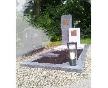 Grafsteen met bronzen lantaarn te Geldermalsen