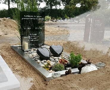 Grafmonument met glas, Rvs en granieten harten te Bodegraven