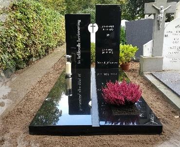 Grafsteen met RvS kruis en lantaarn voor 7 dagen kaars te Oudewater
