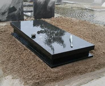 Grafzerk met bandenstel van hetzelfde graniet