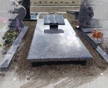 Grafstenen met Granieten zerk met boek