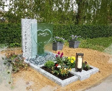 Grafsteen met speciaal gevormd glas