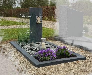 grafsteen van Leisteen met foto, glasplaat en lantaarn