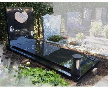 Grafsteen met verheven hart van graniet