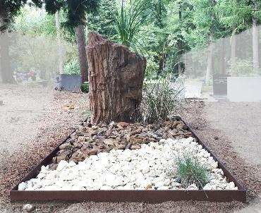 Grafsteen Versteend hout met rand van cortenstaal