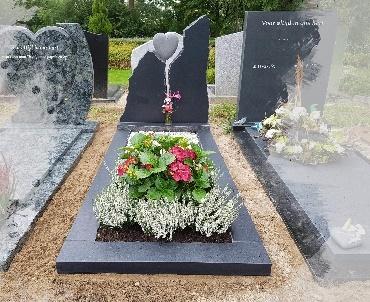 grafsteen met handgehakt hart