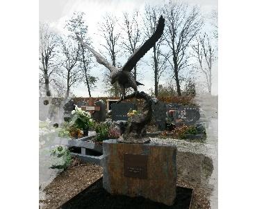 Grafsteen met bronzen adelaar te Noorden