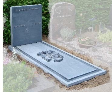 grafsteen met familie logo hand gekapt in steen te Harmelen