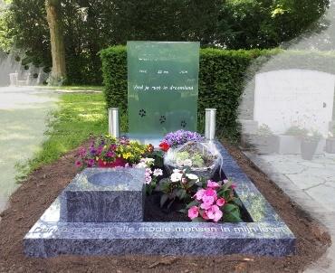 begraafplaats Maarssen. glasplaat. rvs letters en rvs vazen