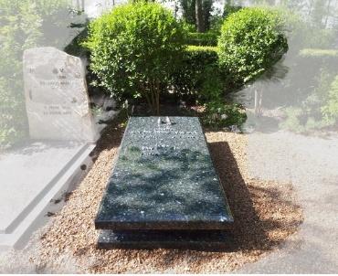 begraafplats Maassluis. Labrador graniet zerk met bronzen letters