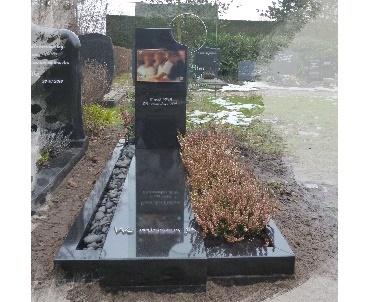 Grafsteen met glas en foto op glas