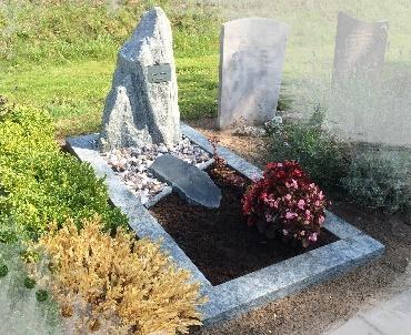 Grafsteen met ruwe steen en brons