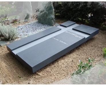 Grafzerk met verdiept kruis van graniet