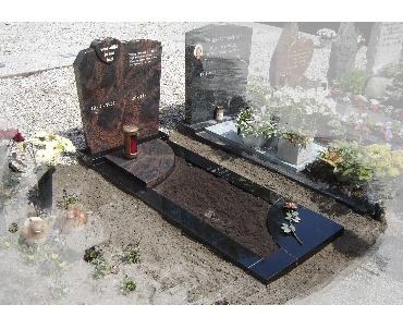 Grafsteen met verheven hart en bronzen roos
