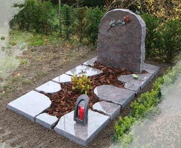 Grafmonument met Bronzen roos en lantaarn