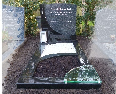 Grafsteen met speciaal plantvak en glas