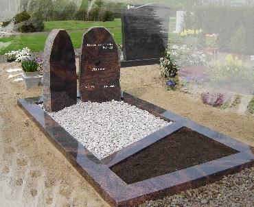 Grafsteen met twee letterplaten Houten