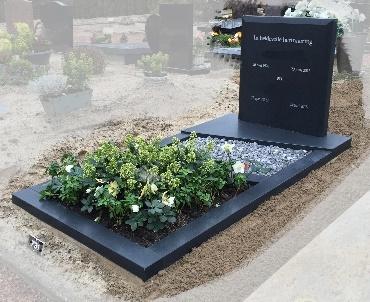 Mat zwarte grafsteen te de Meern