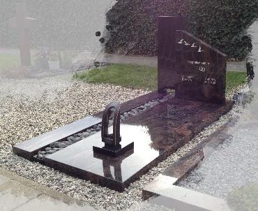 Grafsteen met lantaarn van brons