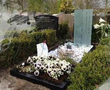 Grafsteen met twee glasplaten