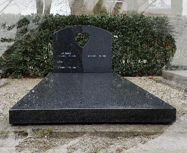 Grafsteen op kelder geplaatst