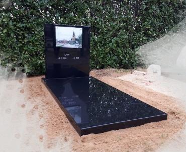 grafsteen met schilderij foto achter glas