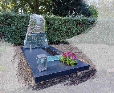 grafmonument met glas en ruwe steen