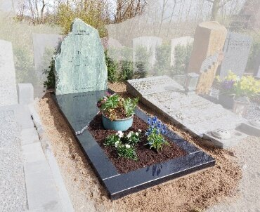 grafmonument met ruw gekapte zijkanten
