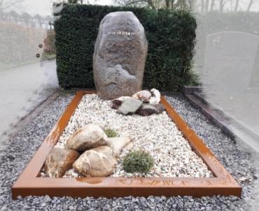 grafsteen Odijk met cortenstaal ruwe staande kei