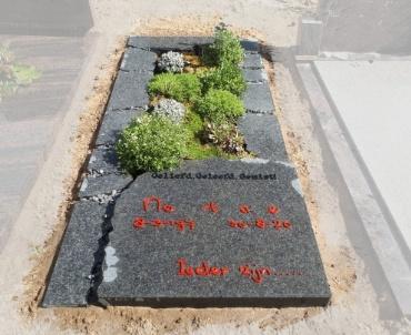 grafsteen bodegraven. rvs letters gepoedercoat rood en zwart