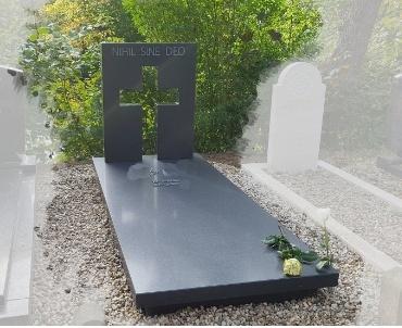 grafsteen donker gezoet met bronzen letters