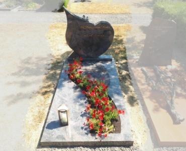 grafsteen Houten begraafplaats oud wulven met fraaie bronzen letters