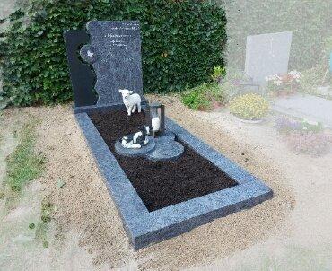 grafsteen met beelden
