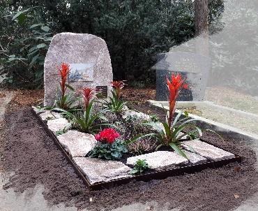 Grafsteen met Cortenstalenrand en ruwe steen