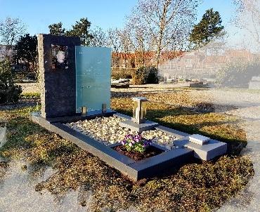 grafsteen met glas en aluminium vaas en lantaarn te Katwijk