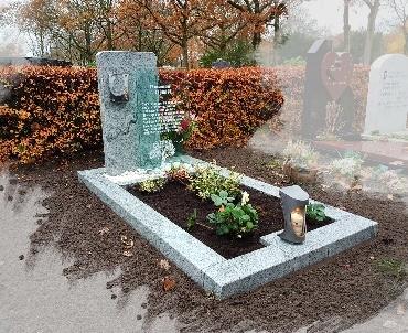 grafsteen met glasplaat te Utrecht
