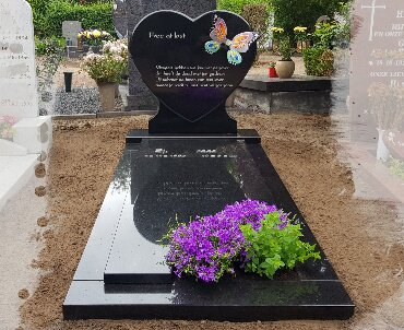 grafsteen met glazen vlinder 2