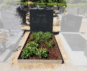 grafsteen met hand gehakte letters en rvs rand.