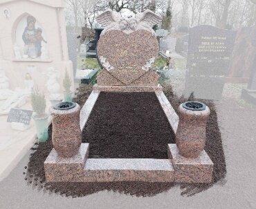 grafsteen met hand gekapte engelen.