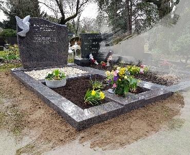 grafsteen met handgehakte duif